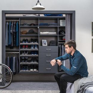 Idee per un piccolo armadio o armadio a muro unisex chic con nessun'anta, ante grigie, pavimento in cemento e pavimento grigio