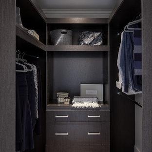 Immagine di una piccola cabina armadio unisex minimalista con ante lisce, ante marroni, pavimento in legno massello medio e pavimento marrone