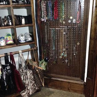 Ispirazione per una grande cabina armadio per donna country con nessun'anta, ante in legno bruno e moquette