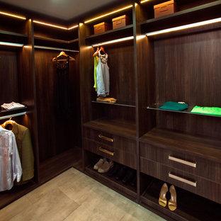 Mittelgroßer, Neutraler Moderner Begehbarer Kleiderschrank mit flächenbündigen Schrankfronten, dunklen Holzschränken und Keramikboden in Houston