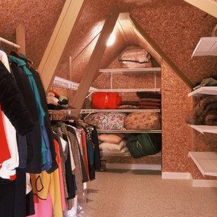 Inredning av ett klassiskt mellanstort walk-in-closet för könsneutrala, med öppna hyllor, vita skåp och heltäckningsmatta