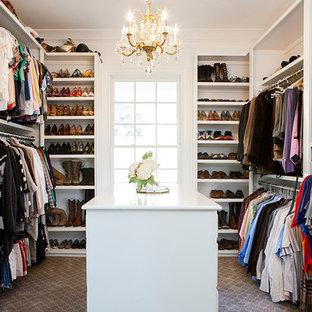 Mittelgroßer, Neutraler Shabby-Style Begehbarer Kleiderschrank mit offenen Schränken, weißen Schränken, Teppichboden und braunem Boden in Nashville