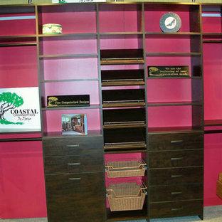 Foto de armario vestidor unisex, tradicional, de tamaño medio, con puertas de armario de madera oscura