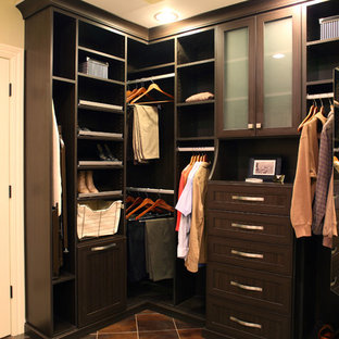 Ejemplo de armario vestidor actual, pequeño, con armarios con paneles empotrados, puertas de armario de madera en tonos medios y suelo de baldosas de porcelana