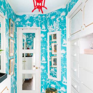 ロサンゼルスの小さい女性用エクレクティックスタイルのおしゃれなフィッティングルーム (フラットパネル扉のキャビネット、白いキャビネット、クッションフロア、茶色い床) の写真