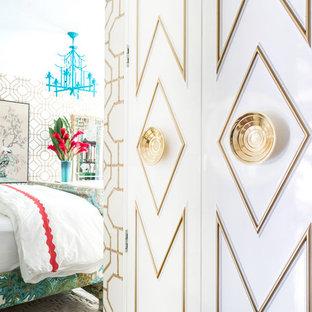 Esempio di un piccolo armadio o armadio a muro unisex eclettico con ante con bugna sagomata, ante bianche, pavimento in vinile e pavimento marrone