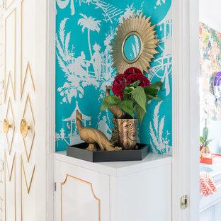 Ejemplo de vestidor de mujer, bohemio, pequeño, con armarios con paneles lisos, puertas de armario blancas, suelo vinílico y suelo marrón