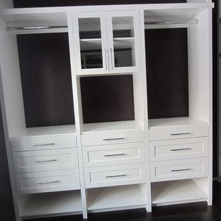 Imagen de armario vestidor unisex, clásico, de tamaño medio, con armarios estilo shaker, puertas de armario blancas, suelo de madera oscura y suelo negro