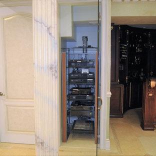 Imagen de armario unisex, tradicional, pequeño, con suelo de travertino