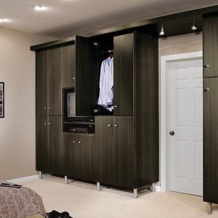 Imagen de armario unisex, moderno, de tamaño medio, con armarios con paneles lisos, puertas de armario negras y moqueta