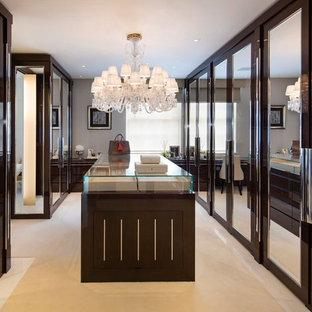マイアミの巨大な男女兼用コンテンポラリースタイルのおしゃれなフィッティングルーム (茶色いキャビネット、カーペット敷き、フラットパネル扉のキャビネット) の写真