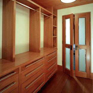 Esempio di una grande cabina armadio unisex stile americano con ante lisce, ante in legno scuro, parquet scuro e pavimento marrone