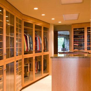 Modelo de armario vestidor unisex, tradicional, grande, con armarios tipo vitrina, puertas de armario de madera oscura y suelo beige