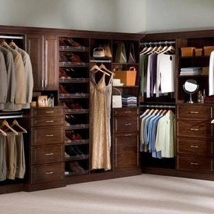 Imagen de armario vestidor unisex, tradicional, grande, con puertas de armario de madera en tonos medios, armarios con paneles con relieve y moqueta