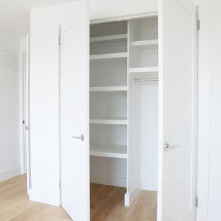 Ejemplo de armario y vestidor unisex, minimalista, pequeño, con suelo de bambú y suelo marrón