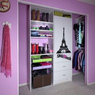 Imagen de armario y vestidor de mujer con armarios con paneles lisos y moqueta