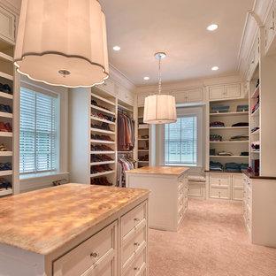 Imagen de armario y vestidor tradicional con armarios con rebordes decorativos, puertas de armario blancas y moqueta
