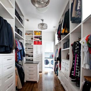 Modelo de armario vestidor unisex, tradicional renovado, grande, con armarios con paneles empotrados, puertas de armario blancas y suelo de madera oscura