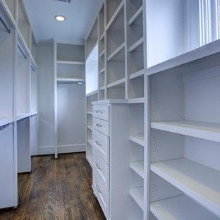 Modelo de armario vestidor unisex, de estilo americano, con armarios estilo shaker, puertas de armario blancas y suelo de madera en tonos medios
