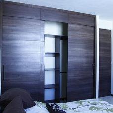 Modern Closet by Carlos Avila ConE