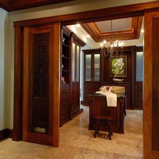 Cette image montre un dressing room traditionnel avec un sol en travertin.