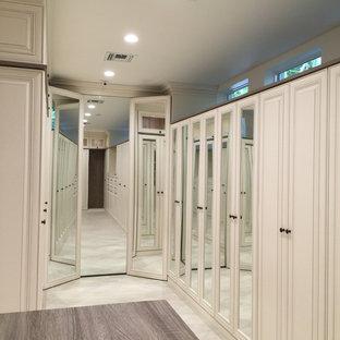 Inspiration för klassiska walk-in-closets för könsneutrala, med luckor med profilerade fronter, vita skåp och målat trägolv