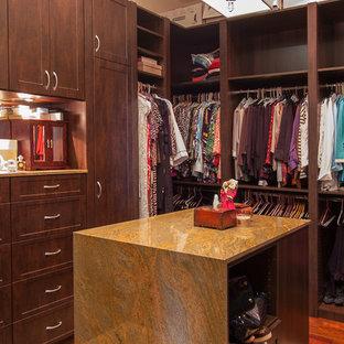 Imagen de armario vestidor unisex, clásico, de tamaño medio, con armarios estilo shaker, puertas de armario de madera en tonos medios y suelo de baldosas de porcelana