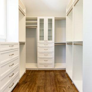Пример оригинального дизайна: гардеробная комната среднего размера, унисекс в морском стиле с фасадами в стиле шейкер, белыми фасадами и паркетным полом среднего тона