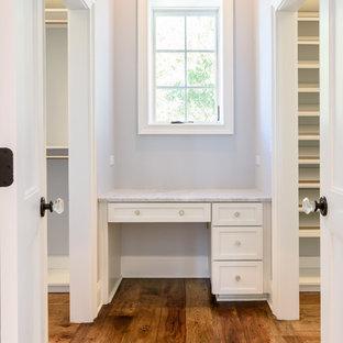 Idéer för att renovera ett mellanstort maritimt walk-in-closet för könsneutrala, med skåp i shakerstil, vita skåp och mellanmörkt trägolv