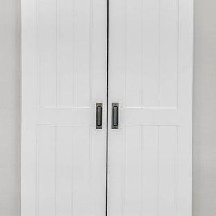 Esempio di un piccolo armadio o armadio a muro unisex classico con pavimento in laminato e pavimento marrone