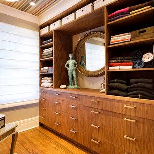 Diseño de armario y vestidor bohemio con armarios abiertos y puertas de armario de madera oscura