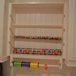 Foto de armario vestidor de mujer, tradicional, de tamaño medio, con armarios con paneles lisos, puertas de armario beige y moqueta