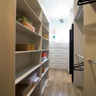 Ejemplo de armario vestidor bohemio, grande, con puertas de armario grises y suelo vinílico