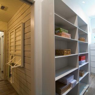 Modelo de armario vestidor bohemio, grande, con puertas de armario grises y suelo vinílico