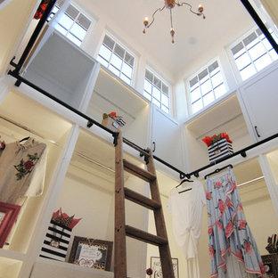 Diseño de armario vestidor unisex, bohemio, grande, con armarios con paneles lisos, puertas de armario blancas, suelo vinílico y suelo marrón