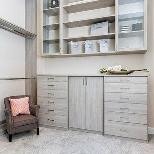 Foto de vestidor unisex, tradicional renovado, con armarios con paneles lisos, puertas de armario grises, suelo de mármol y suelo gris