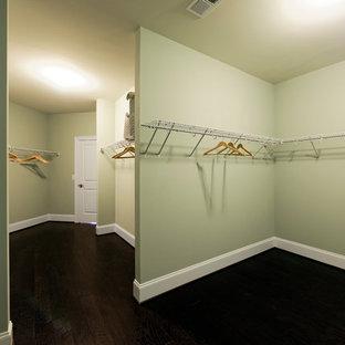 Неиссякаемый источник вдохновения для домашнего уюта: гардеробная комната среднего размера, унисекс в стиле современная классика с темным паркетным полом