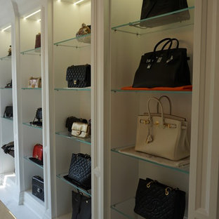 Imagen de vestidor tradicional renovado, extra grande, con armarios con paneles empotrados, puertas de armario blancas y suelo de mármol