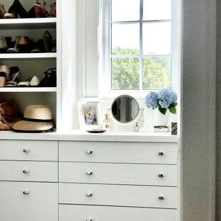 Foto de armario y vestidor de mujer, tradicional renovado, de tamaño medio, con armarios con paneles lisos, puertas de armario blancas, moqueta y suelo gris