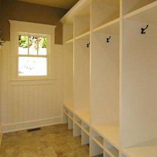 Foto di una cabina armadio unisex american style con ante bianche, pavimento con piastrelle in ceramica e pavimento marrone