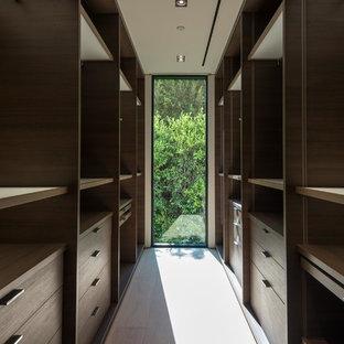 Ejemplo de armario vestidor unisex, minimalista, pequeño, con armarios abiertos, puertas de armario de madera en tonos medios, suelo de madera clara y suelo beige