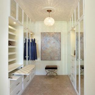 Klassisk inredning av ett walk-in-closet, med vita skåp och heltäckningsmatta