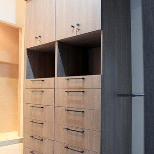 Esempio di una cabina armadio per uomo industriale di medie dimensioni con ante lisce, ante grigie e pavimento con piastrelle in ceramica