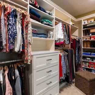 Ejemplo de armario vestidor unisex, rural, de tamaño medio, con armarios estilo shaker, puertas de armario blancas, moqueta y suelo beige