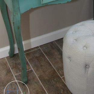 Diseño de vestidor unisex, romántico, de tamaño medio, con armarios abiertos, puertas de armario blancas y suelo de baldosas de cerámica