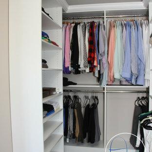 Modelo de vestidor unisex, romántico, de tamaño medio, con armarios abiertos, puertas de armario blancas y suelo de baldosas de cerámica
