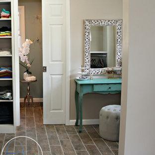 Imagen de vestidor unisex, romántico, de tamaño medio, con armarios abiertos, puertas de armario blancas y suelo de baldosas de cerámica