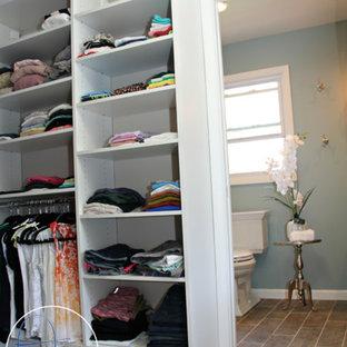 Ejemplo de vestidor unisex, romántico, de tamaño medio, con armarios abiertos, puertas de armario blancas y suelo de baldosas de cerámica
