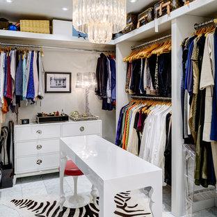 Foto di una cabina armadio per donna minimal con nessun'anta, ante bianche e pavimento in marmo