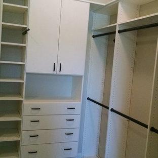 Ispirazione per una cabina armadio unisex moderna di medie dimensioni con nessun'anta, ante bianche e moquette